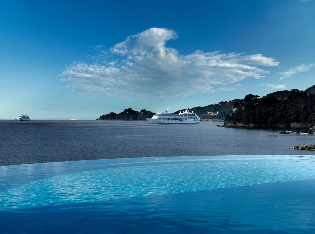 Infinity_pool_with_boat2400