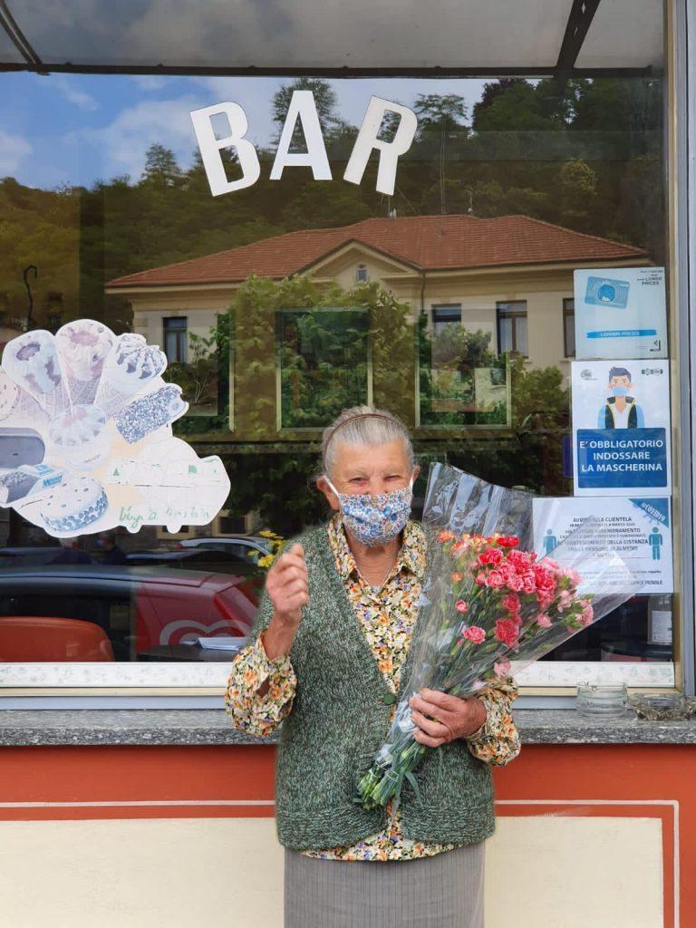 Nonna davanti vetrina Bar